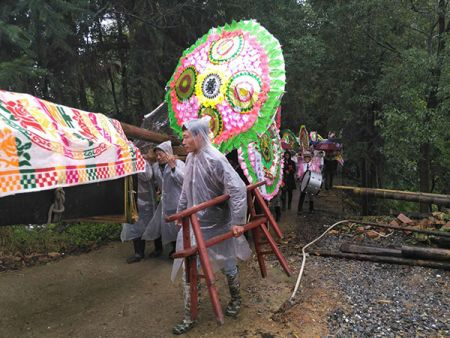 10月14日,上午11点,戴春彦和一双儿女出殡,埋葬在离家几公里外的山上。