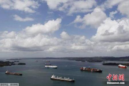 资料图:通过巴拿马运河的货轮。