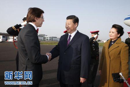 3月30日,国家主席习近平抵达布鲁塞尔,开始对比利时进行国事访问,并访问欧盟总部。这是比利时首相迪吕波到机场迎接习近平和夫人彭丽媛。新华社记者 鞠鹏 摄