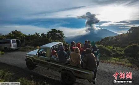 资料图:游客造访位于哥斯达黎加中部的图里亚尔瓦火山。