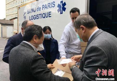 资料图:中国工商银行巴黎分行向巴黎专门收治新冠肺炎患者的急救中心SAMU和皮提耶-萨勒佩医院两家医疗机构无偿捐赠4万枚N95医用口罩。图片来源:中国新闻网