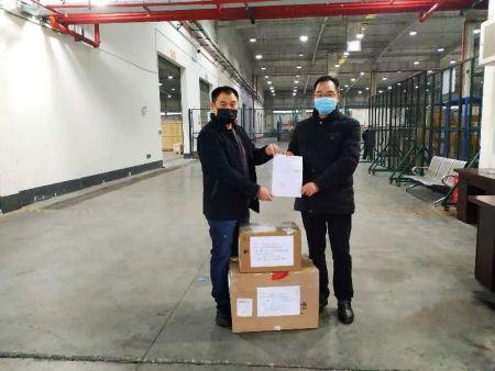 重庆方收到德国斯图加特汉语学校捐赠的物资。(图片来源:作者提供)