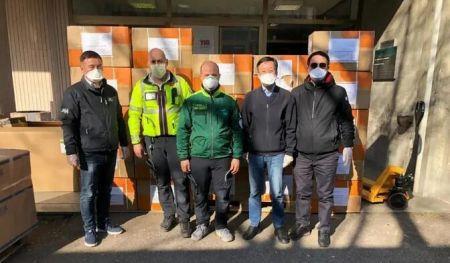 李秀桐、朱金亮、周建煌向米兰当地医院捐赠物资。(受访者供图)