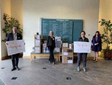 华裔民众与当地公司一起捐赠口罩给佛利蒙市抗疫一线人员。(美国《世界日报》/林亚歆 摄)