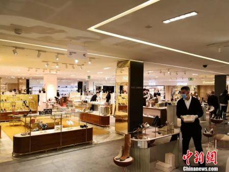 米兰最大的商场重新开业第一天。(施成毅供图)