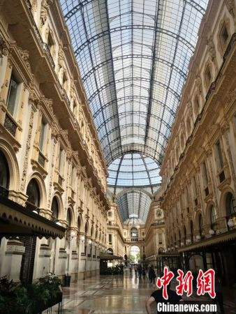 米兰著名的购物地点埃马努埃莱二世长廊,两侧的商店酒吧还是关门的状态。(施成毅供图)