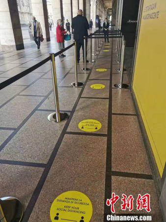 米兰的商场重新开业,要站在黄色指定位置排队进入,保持社交距离。(施成毅供图)