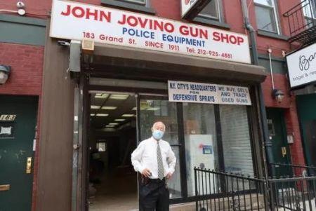 乔维诺枪店经理古角和接收25年的店铺。(图片来源:美国《世界日报》/张晨 摄)
