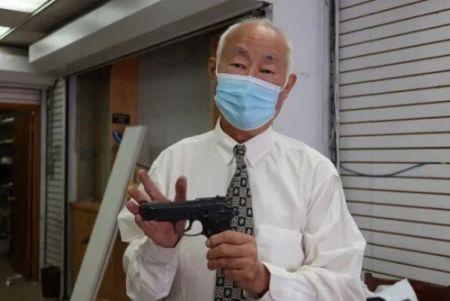 古角和他随身佩戴的短枪。(图片来源:美国《世界日报》/张晨 摄)