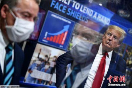 当地时间5月21日,美国总统特朗普在密歇根州福特工厂视察时被媒体拍到仍未佩戴口罩。
