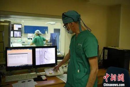5月29日,吉林长春,拉瓦若查看病人的心脏造影。中新社记者 张瑶 摄