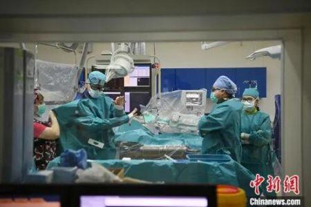 5月29日,吉林长春,拉瓦若(左二)准备进行手术。中新社记者 张瑶 摄