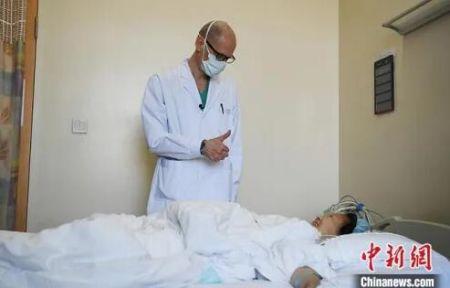 5月29日,吉林长春,拉瓦若看望术后的病人。中新社记者 张瑶 摄