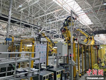 整个新能源电动汽车生产线的自动化率可达90%。 李韵涵 摄
