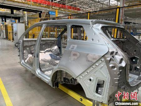 在工厂内,中新网记者看到一个个汽车零部件正在机器的控制下进行精密组装,数百台机器互不干扰作业井然有序,整个工厂内只有零星工人在部分机器旁进行操作。 李韵涵 摄