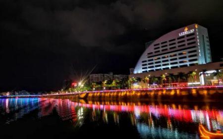 夜游梅江河,一江两岸的美景尽收眼底,灯光倒映在河水中,若隐若现,别有韵味。韩辉 摄
