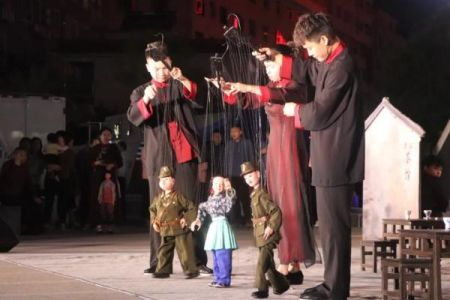 """木偶戏,古称""""傀儡戏""""、""""吊线戏"""",是中国戏剧艺术较早的一种,其中的提线木偶戏,在明朝初年由福建传入梅州市五华地区后,便被赋予了浓浓的客家风情,深受群众喜爱。韩辉 摄"""