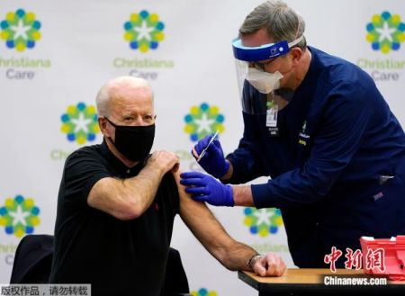 当地时间1月11日,美国当选总统拜登在特拉华州克里斯蒂安娜医院公开接种了第二剂新冠疫苗。