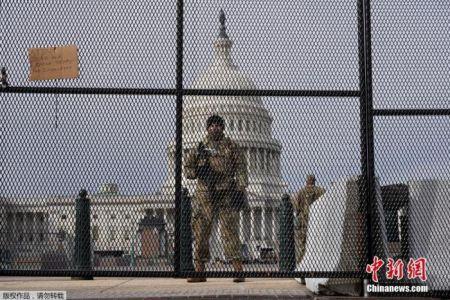 图为美国国民警卫队士兵在国会大厦前站岗。