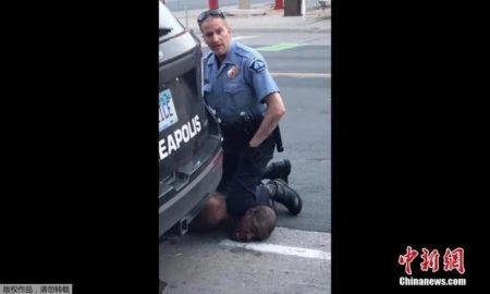 当地时间5月25日,美国明尼苏达州明尼阿波利斯市一名警察在逮捕非裔男子乔治·弗洛伊德时,将其按在地上,用膝盖顶住脖子。(视频截图)