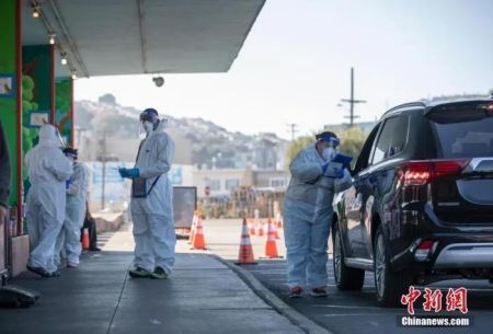 """资料图:设立在美国加州旧金山Alemany农贸市场的""""得来速""""式新冠病毒检测站向市民提供检测服务。"""