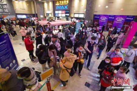 资料图:2020年12月31日19时左右,山西省太原市的一家电影院内,人们排队等候观影。中新社记者 张云 摄