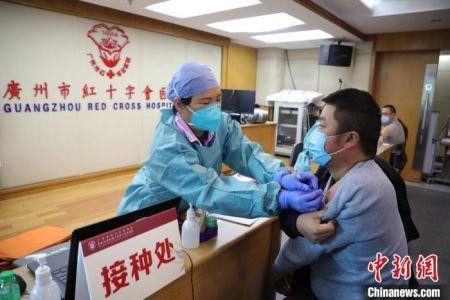 广州为出租车司机接种新冠疫苗 广州市红十字会医院供图