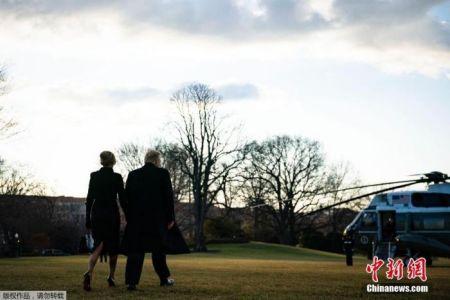 """当地时间2021年1月20日,美国华盛顿,特朗普提前离开白宫,他及妻子梅拉尼娅乘""""海军陆战队一号""""总统专用直升机,前往安德鲁斯空军基地。"""