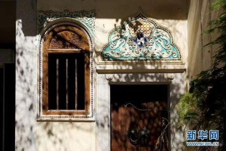 图为陈慈黉故居的窗户木雕与门廊上的雕花。新华网 李相博 摄