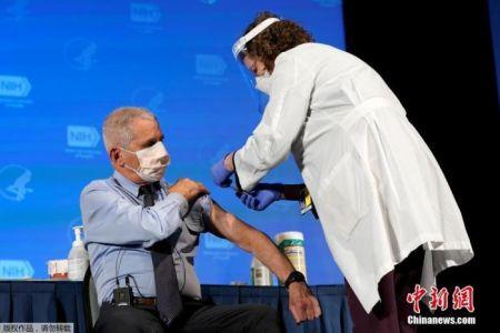 当地时间2020年12月22日,美国传染病专家安东尼·福奇在美国国立卫生研究院接种了新冠疫苗,接种过程在电视上进行了直播。