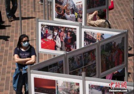 """资料图:当地时间5月8日,美国旧金山多个华人社团联合举办的""""《华埠日记》疫境·前行""""公益摄影展。中新社记者 刘关关 摄"""